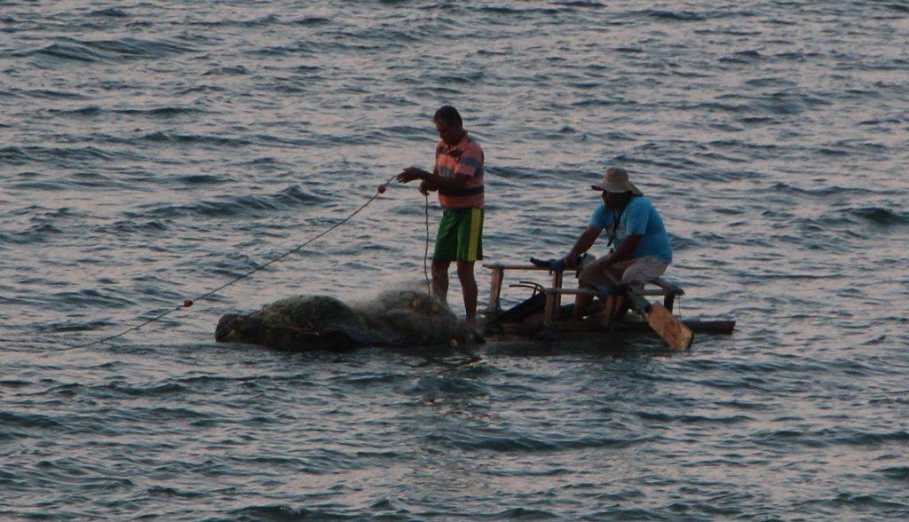 Fischer mit selbstgebautem Floos - Mancora