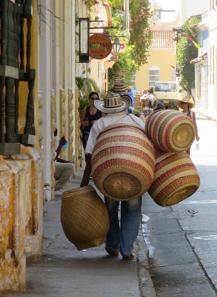 handgeflochtene Körbe und Hüte / Altstadt Cartagena