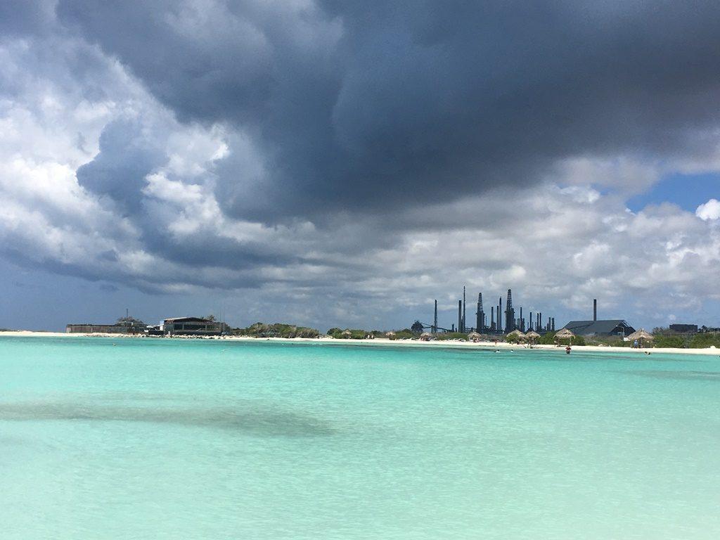 Baby Beach mit stillgelegter Oelraffinerie